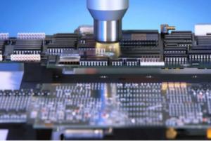 Bild 5, Foto: Plasmatreat Das potentialfreie Plasma aktiviert die kunststoffummantelten Baugruppen vor dem Conformal Coating ohne die hochsensible Elektronik zu beschädigen.