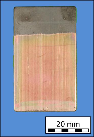 Bleche aus Kupfer (a) und V2A-Stahl (b) mit Polysilazan im unteren Bereich durch Tauchen beschichtet und bei 500 bzw. 1000 °C an Luft für jeweils eine Stunde ausgelagert. (a)
