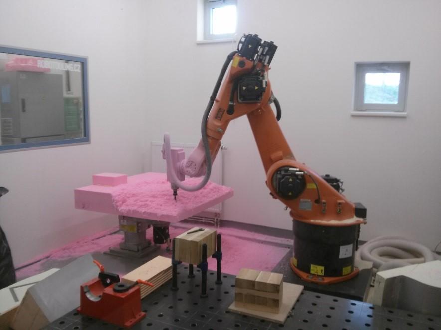 Roboter KUKA KR60 fräst einen Teil des Polystyrol-Modells aus Quelle: Artec 3D