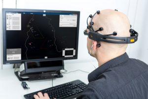 © Foto Fraunhofer FKIE Für Fluglotsen ist es besonders wichtig, dass Mensch und Maschine gut interagieren. Eine Software des Fraunhofer FKIE erkennt, wie leistungsfähig der Mensch ist und gibt die Information an den Computer weiter.