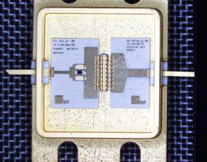 © Foto Fraunhofer IAF Der acht Quadratmillimeter große Leistungsverstärker des Fraunhofer IAF funkt auf einer Frequenz von 5,8 Gigahertz. Diese Frequenz wird für den neuen Mobilfunkstandard 5G benötigt. Wichtiger Bestandteil des Mikrochips sind die mittig angebrachten Halbleiter-Schaltungen aus Galliumnitrid (GaN).