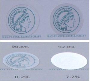 Minerva mit Tarnkappe: Die beiden linken Abbildungen zeigen das Emblem unter einer Quarzglasoberfläche mit 450 Nanometer hohen Säulen, die beiden rechten unter einer unstrukturierten Referenz. Der Durchmesser der Abbildungen beträgt jeweils 25 Millimeter. Die beiden oberen Bilder wurden unter einem Beobachtungswinkel von 0 Grad aufgenommen, die beiden unteren unter einem Winkel von 30 Grad. Die Prozentangaben beziehen sich auf die Transmission (oben) beziehungsweise die Reflexion (unten). © Zhaolu Diao