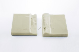 Die Verklebung ist so stabil, dass es bei Druckschertests zum Fügeteilbruch kam. (Bild: DELO)