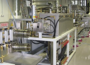 Abb.: Hochtemperaturofen und Oberflächenbehandlungstrecke der Carbonisierungsanlage