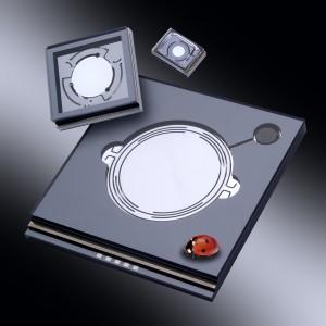 Die schnellen und widerstandsfähigen MEMS-Spiegel lenken den Laserstrahl ab und führen ihn präzise über das Werkstück. Sie halten nun auch hohen Energien stand, so dass sie Aluminium und Stahlbleche bearbeiten können. © Fraunhofer ISIT