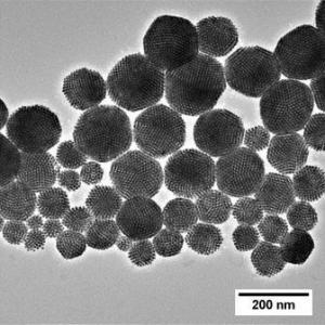 Kontrollierte Selbst-Anordnung von Nanopartikeln in Kompositen für verbesserte Materialeigenschaften. Hier: hierarchische Partikelanordnung im Emulsionsverfahren (©INM)