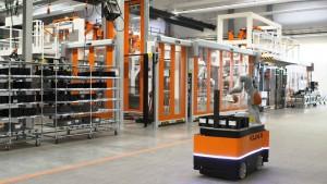 Roboter müssen mobil einsetzbar sein. Mit zunehmender Automatisierung in der eigenen Produktion stellt KUKA die Weichen für die Zukunft.