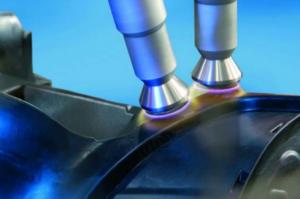 Bild 3, Foto: Plasmatreat Die robotergesteuerten ortsselektiv arbeitenden Plasmadüsen machen Maskierungsprozesse bei der Vorbehandlung von Kunststoffen unnötig.