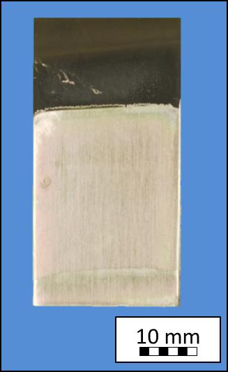 Eine besondere Herausforderung stellt ein kombinierter Korrosions- und Verschleißschutz von unedlen Stählen in extrem aggressiven Atmosphären, wie beispielsweise in Müllverbrennungsanlagen, dar. Hier reichen dünne Keramikschichten nicht mehr aus, um die Stähle zu schützen. Eine Möglichkeit, dickere und verschleißbeständige Schichten zu realisieren, ist das Einbringen von harten keramischen Füllstoffen in die Polymerkeramik, wodurch sowohl die Schichtdicke als auch die Härte erhöht werden können. Das am Lehrstuhl Keramische Werkstoffe hierfür entwickelte Beschichtungssystem besteht aus einem Organopolysilazan, Zirkonoxid als harter, nanokeramischer Füllstoff und Glaspulver zur Abdichtung der teilweise porösen Schichten während der Herstellung (Bild 5). Nach der Applikation und Pyrolyse des Mehrkomponenten-Schichtsystems bildet sich eine harte und bis zu 100 µm dicke Schicht, die sehr diffusionsstabil ist und sich somit auch unter extremen Bedingungen wie im Kraftwerksbereich einsetzen lässt. Die in Bild 5 erkennbare Porosität ist geschlossen und wirkt sich daher nicht negativ auf die Schutzfunktion aus. (b)