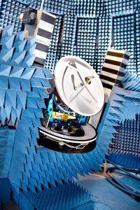 © Foto Fraunhofer IIS Auf dem Teststand der »Facility for Over-the-Air Research and Testing (FORTE)« des Fraunhofer IIS werden die entwickelten Nachführalgorithmen der KASYMOSA-Antenne bei unterschiedlichen Bewegungsprofilen überprüft.