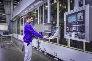 © Foto Fraunhofer IFF Die Honmaschine im VW-Werk in Salzgitter. Die Expertinnen und Experten vom Fraunhofer IFF in Magdeburg haben ein digitales Assistenzsystem für die Qualitätsprüfung entwickelt und es in den Produktionsprozess integriert.