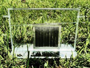 Das Photosynthese-System der Jülicher Solarzellenforscher ist kompakt und in sich geschlossen. Aufgrund des flexiblen Designs lässt es sich beliebig erweitern. Das Konzept ist für jede Dünnschicht-Photovoltaik-Technologie und verschiedene Elektrolysearten anwendbar. Copyright: Forschungszentrum Jülich