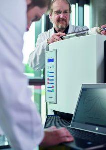 Technik, Design und Technologie des neuen Plasma-Dekontaminierungssystems waren Aufgabe von Plasmatreat. Im Bild: Prof. Dr. Thomas Schmitt-John, Leiter Plasma Live Science des Unternehmens
