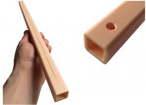Abbildung 4: Keramikvierkantrohr (Stärke 4 mm) mit einem per Laserabtragen eingebrachten Schlitz mit 0,3 mm Breite und zwei Bohrungen mit Durchmesser 4 mm.