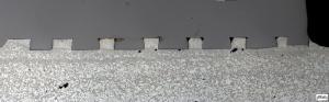 Abbildung 1: Schliffbild eines spaltfreien Verbundes eines mit Hinterschnitten versehenden DC04-Stahleinlegers und der Druckgusslegierung AlMg5Si2Mn