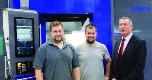 Bild 1: Begeistert von der Mikron 6x6: Die Geschäftsführer David Stankalla, Franz Stankalla (v.l.n.r) und der Gebietsverkaufsleiter Mikron, Bernd Petermann