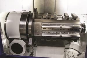 Bild 3: Die ideale Lösung für die Fertigungssituation der Franz Stankalla GmbH: Sechzehn Teile mit zwei Spannlagen auf der Spannbrücke im Arbeitsraum
