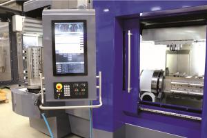 Bild 4: In der Automation werden die Bauteile hauptzeitparallel manuell auf Spannlage 2 gebracht und die Fertigteile entnommen. Anschliessend geht die Spannbrücke ins Wechselmagazin, von wo aus diese wieder in den Arbeitsraum eingeschleust wird