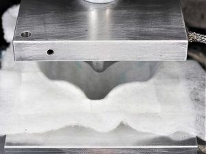 Um schnell mit der Produktion der FFP3-Masken beginnen zu können, lieferten andere Unternehmen erforderliches Equipment für das Tiefziehen der unterschiedlichen Vliesstoffe zu.