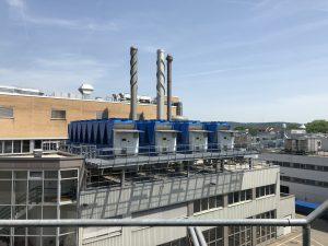 Bild 2: Vier neue Kompressor-Kältemaschinen auf dem Dach der Energiezentrale