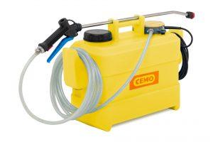Bild 2:Das Behältersprühgerät mit Tragegriff und großer Einfüllöffnung erlaubt über ein Druckregulierventil den variablen Desinfektionsmittelauftrag (Urheber: CEMO)