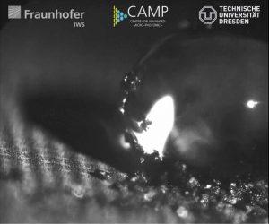 Wassertropfen haften der selbstreinigenden Aluminium-Oberfläche nicht an. Diese hat ein Wissenschaftlerteam des »CAMP« mit direkter Laser-Interferenz-Musterung (DLIP) funktionalisiert.