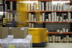 Grünes Warehouse Management macht Ihre Logistik, z. B. durch kürzere Fahrwege, nachhaltig und kann gleichzeitig Betriebskosten senken. (Bildquellle: CIM)