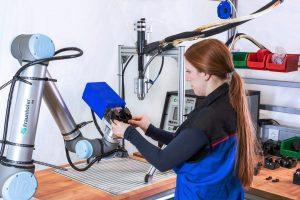Mensch und Roboter im Team: Neue Softwaretools erleichtern die Risikobeurteilung. (Quelle: Fraunhofer IPA/Foto: Rainer Bez)