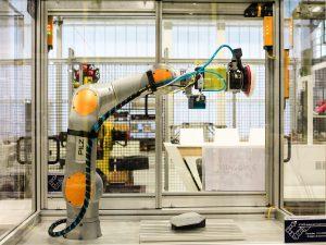 Dieser vom IPA und Partnern entwickelte Roboter für Poliervorgänge nutzt frei verfügbare ROS-Softwarekomponenten. (Quelle: Fraunhofer IPA)