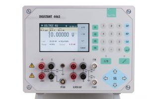 Bild 1: Die Kalibrierquelle DIGISTANT 4463 wird inklusive DAkkS-Zertifikat geliefert und bietet sechs unterschiedliche Präzisionsmessgrößen (Urheber: burster)