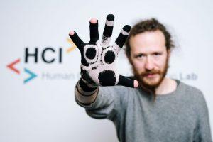 © Oliver DietzeDer polymerisierte Handschuh kann zum digitalen Erfassen von Handbewegungen genutzt werden.