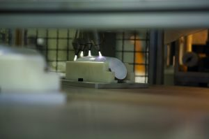 Die Bedruckung von Kunststoff stellt oft eine Herausforderung dar. Openair-Plasma verbessert die Benetzbarkeit bzw. die Bedruckbarkeit. Nach der Aktivierung der Oberfläche dieses Stabmixers durch Plasma hält der Druck auch häufigem Gebrauch stand. (Bild: Plasmatreat)