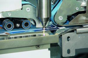 Verpackungsmaterialien wie z. B. Faltschachteln werden vor dem Verkleben mit Openair-Plasma vorbehandelt. So hält der Klebstoff besser am Material und die Schachtel lässt sich optimal und langanhaltend verkleben.  (Bildquelle: Plasmatreat)