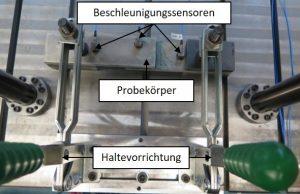 Abbildung 5: Versuchsaufbau der Schwingungsanalyse mit fixiertem Probekörper
