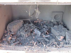 Bild 1: Ladegeräte und Akkus verbrannt, schon eine in Brand geratene Zelle entzündet schnell die Umgebung. (Urheber: CEMO)