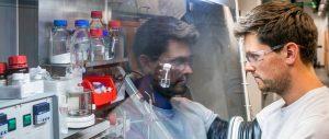 Matthias Nobis im Labor des WACKER-Instituts für Silicium Chemie in Garching Bild: Andreas Heddergott / TUM