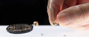 Der ultradünne Nanomesh-Sensor trägt sich wie eine zweite Haut auf der Fingerkuppe. Er kann so den ausgeübten Druck messen, ohne dass dabei der Tastsinn beeinträchtigt wird. Bild: Someya-Yokota-Lee Group / The University of Tokyo