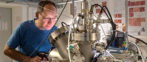 Markus Lackinger transferiert mittels Vakuumgreifer eine Probe in der Ultrahochvakuum-Kammer. Sie enthält alle Einrichtungen zur Herstellung und Analyse von Proben im Vakuum. Bild: Andreas Heddergott / TUM