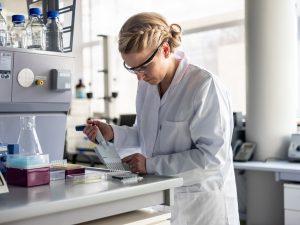 © Fraunhofer IAP Bestimmung der enzymatischen Aktivität eines biofunktionalisierten Kunststoffes.