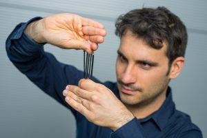 """© Oliver DietzeJuniorprofessor Gianluca Rizzello mit """"dielektrischen Elastomeren"""". Aus diesem Verbundwerkstoff erschaffen die Saarbrücker Forscherinnen und Forscher künstliche Muskeln und Nerven von flexiblen Roboterarmen"""