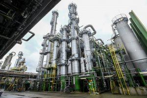 OQ Chemicals stellt in den Reaktoren in Oberhausen Oxo- Zwischenprodukte und Oxo- Derivate her. Diese Produkte entstehen auf dem Wege der Hydroformylierung: Petrochemische Ausgangsstoffe – vor allem Ethen und Propen – reagieren mit Kohlenmonoxid und Wasserstoff zu Aldehyden. Diese werden von Industriekunden zu Spezialchemikalien veredelt. (Bilder: Atlas Copco/Henning Scheffen)