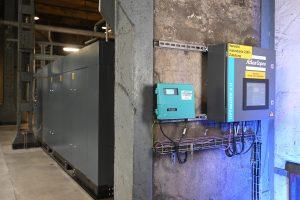 Als übergeordnete Steuerung hilft der neue Optimizer 4.0 von Atlas Copco dabei, die drei Turbokompressoren in jedem Lastpunkt effizient zu betreiben. Außerdem bietet er vor Ort eine gute Anlagenübersicht und sammelt die Warn- und Störmeldungen der drei Kompressoren und der drei Trockner. (Bilder: Atlas Copco/Henning Scheffen)