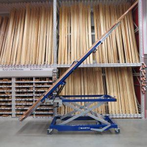 Lange und sperrige Teile wie Arbeitsplatten oder Schrankkorpusse können mit dem kippLIFT einfach transportiert und aufgestellt werden. Quelle: Barth GmbH